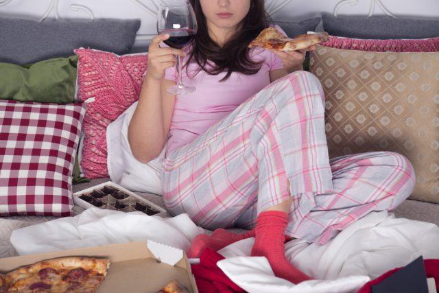 donna che beve vino