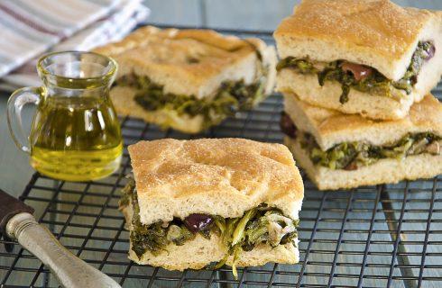 Pizza di scarola: un classico vegetariano della tradizione napoletana