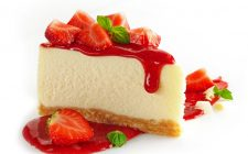 La cheesecake alle fragole e cioccolato bianco per il dessert di fine pasto