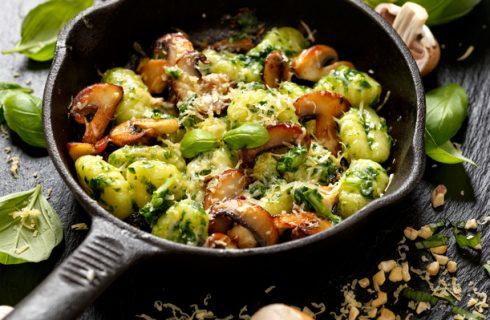 Gnocchetti al pesto e funghi champignon, la ricetta di Pasqua vegetariana