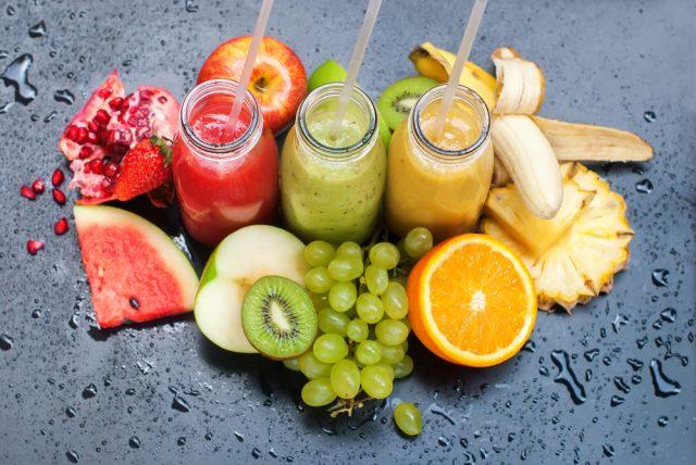 Spremute di frutta fresca. Le spremute di frutta fresca possono essere conservate in freezer o poste negli stampini da ghiaccio. Versate in bicchierini di plastica, posizionateli nel freezer, e dopo mezz'ora infilate un bastoncino di legno o una cannuccia; in questo modo creerete divertenti ghiaccioli da gustare durante l'estate.