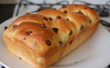 La ricetta della treccia di Pasqua con gocce di cioccolato per i bambini