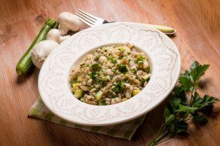 Orzotto con le zucchine e funghi, primo vegano per l'estate