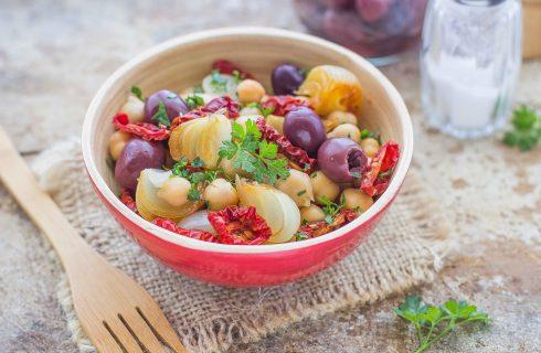 Insalata di ceci e cipolle, secondo vegano dal gusto intenso