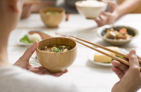 Digiunando si vive più a lungo: il segreto della dieta giapponese