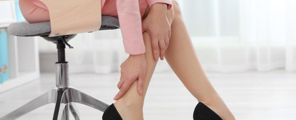 5 consigli per prevenire le gambe gonfie mangiando