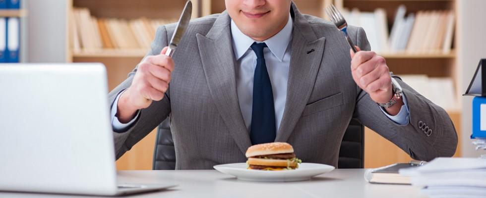 7 epic fail che possono capitarti se sei costretto a mangiare in ufficio