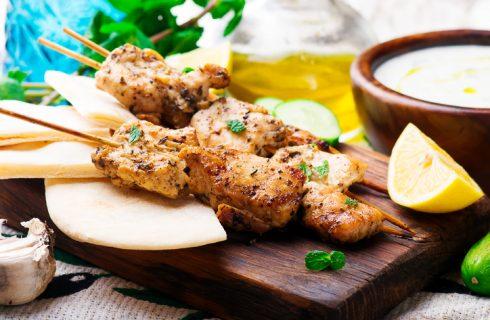 La ricetta degli spiedini di pollo marinati piccanti