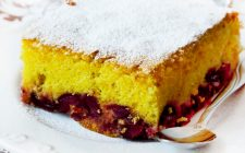 La torta ciliegie e cioccolato bianco con la ricetta veloce
