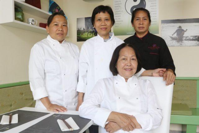 Il ristorante di cucina vietnamita Com Saigon La chef Bui Thi Suong con lo staff del Com Saigon Cge fotogiornalismo