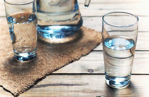 Perché dovreste bere 8 bicchieri di acqua al giorno