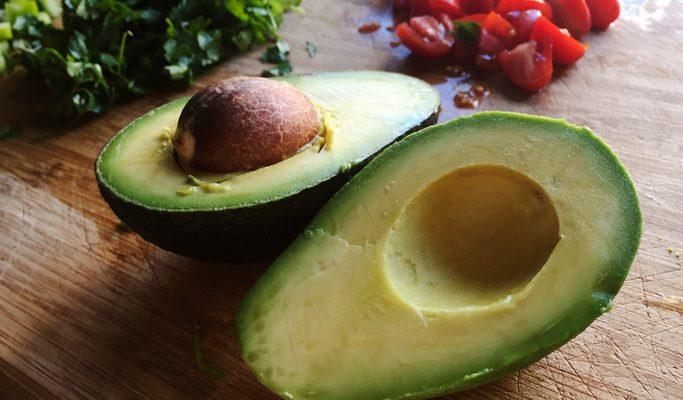 Il pesto di avocado e pomodori secchi con la ricetta veloce