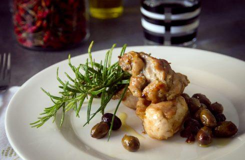 Coniglio con patate e olive, il secondo perfetto per la domenica