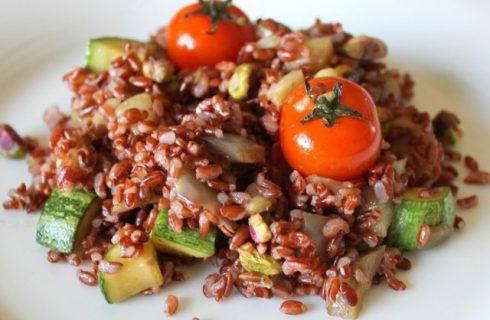 L'insalata di riso rosso con verdure facile da preparare