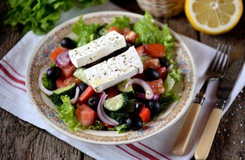 Insalata greca: la classica ricetta con feta, pomodori e olive