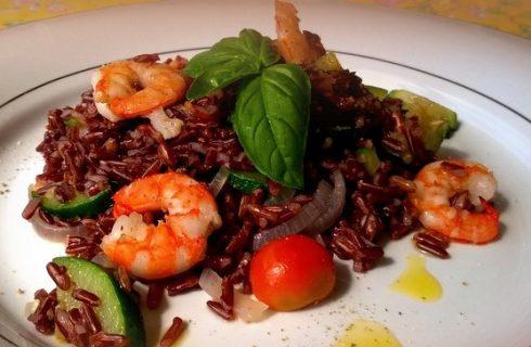 L'insalata di riso rosso con gamberi perfetta per il pranzo