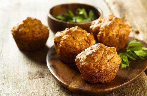 I muffin salati con pesto rosso e scamorza per cene speciali