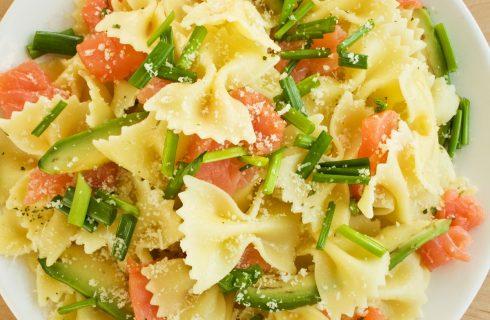 La pasta fredda con avocado e salmone con la ricetta veloce
