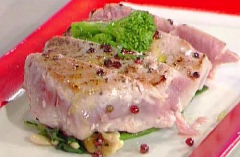 La tagliata di tonno al pepe rosa con la video ricetta della Prova del cuoco