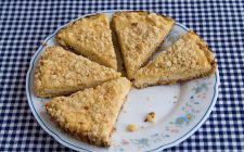Come preparare la torta pesche amaretti e savoiardi in pochi passaggi