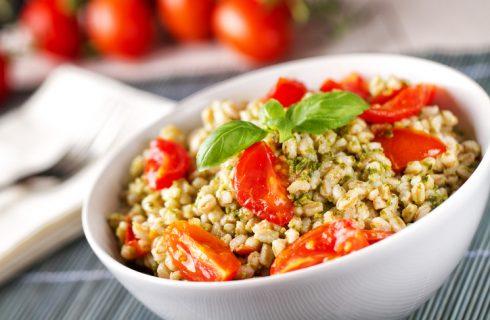 La ricetta dell'insalata di farro con pesto, pomodorini e mozzarella