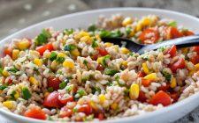 Come condire l'insalata di farro e orzo estiva