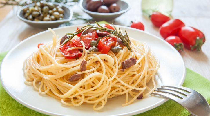 La pasta con capperi e pomodorini con la ricetta estiva