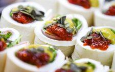 Rotolo di mozzarella farcito con bresaola: la ricetta estiva e fresca