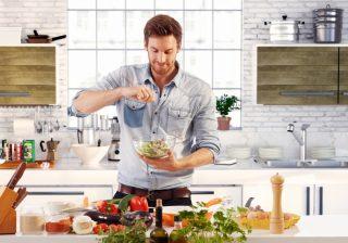 Uomini in cucina: meglio soli che mal accompagnati