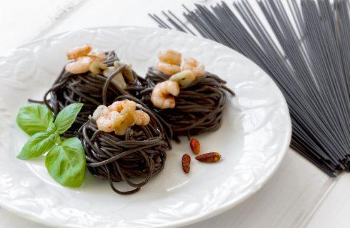 La ricetta dei tagliolini nero di seppia con gamberi
