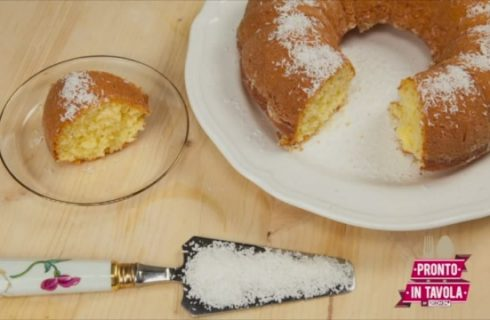 Ciambella al cocco: la video ricetta per il dolce della colazione