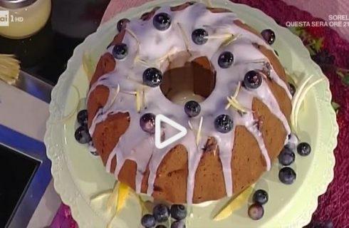 Il ciambellone morbido ai frutti rossi e blu con la video ricetta della Prova del Cuoco