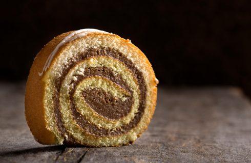 Il rotolo dolce con nutella e mascarpone per il dessert di fine pasto