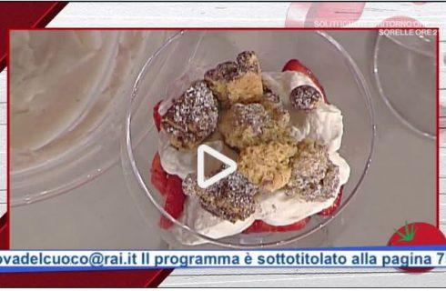La coppa di sbrisolona con crema al porto, fragole e cacao con la video ricetta della Prova del Cuoco