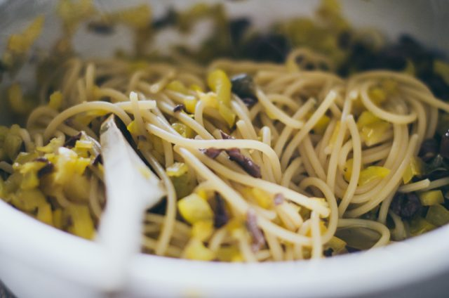 spaghettoni-peperoni-olive-capperi-e-colatura-di-alici-1-di-1-3