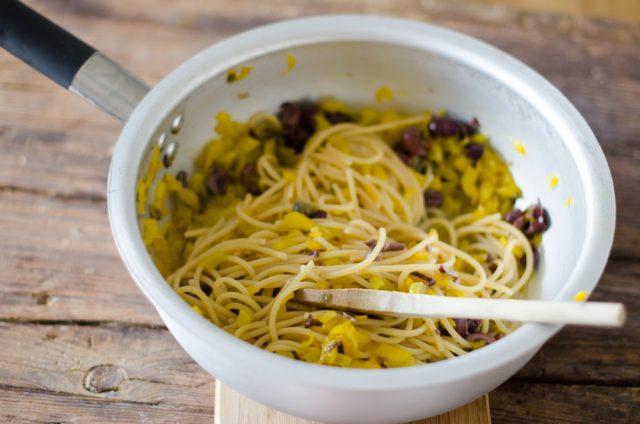 spaghettoni-peperoni-olive-capperi-e-colatura-di-alici-1-di-1-4