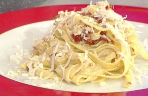 La video ricetta delle tagliatelle con pomodorini secchi e ricotta affumicata dalla Prova del Cuoco
