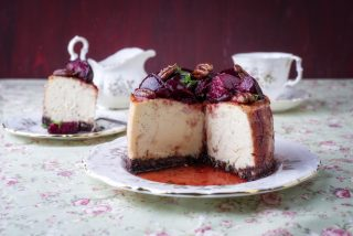 Cheesecake alle prugne con noci pecan