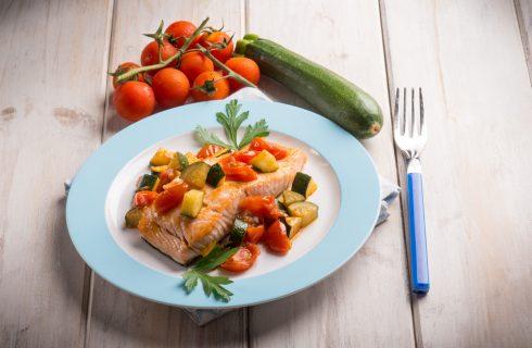Salmone con zucchine e pomodori, un secondo piatto sano e leggero