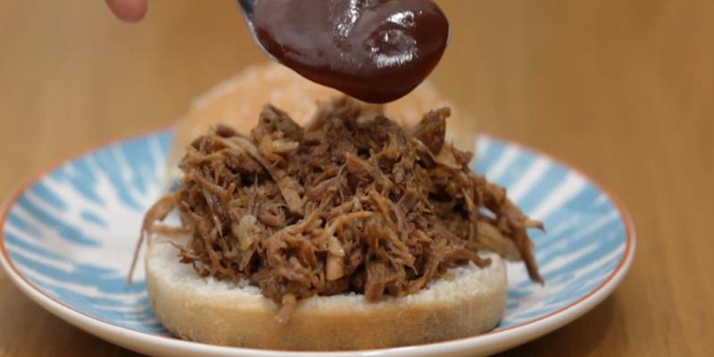 Pulled pork cotto a bassa temperatura: il maiale sfilacciato targato USA