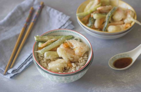 Tendon, la ciotola di riso giapponese con gamberi e verdure in tempura