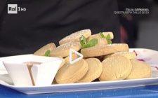 I biscottini di frolla al caffè con salsa al cioccolato e rum con la video ricetta della Prova del Cuoco