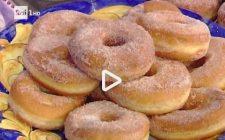 La video ricetta delle ciambelle dolci di patate profumate alla cannella della Prova del Cuoco