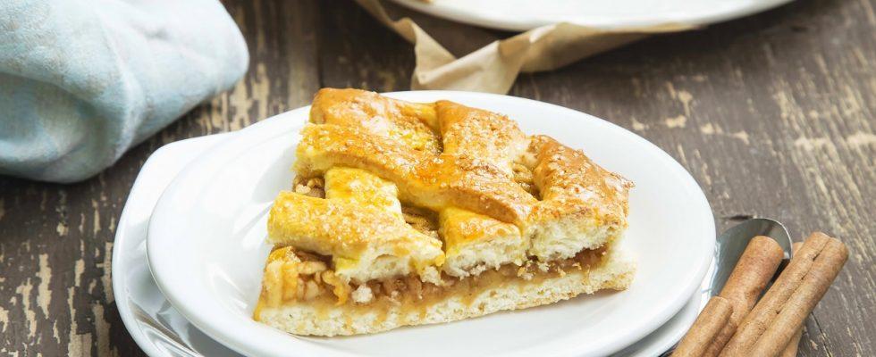 La crostata con pesche e amaretti con la ricetta facile e sfiziosa