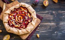 La crostata di prugne e mandorle, la ricetta per merende golose