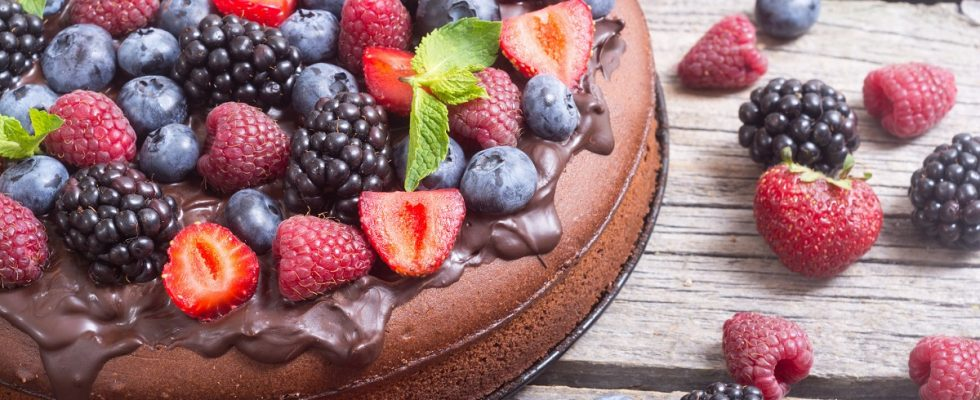Dolci Festa dei nonni: la torta con cioccolato e frutti rossi