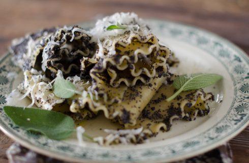 Lasagne ricce, salvia e semi di papavero