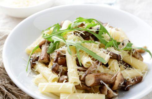 La pasta con rucola e funghi per un primo vegetariano