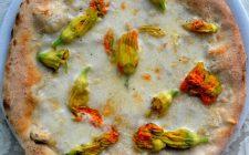 La pizza con fiori di zucca ripieni, una ricetta originale e sfiziosa