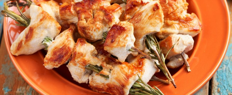 Gli spiedini di pollo in padella con la ricetta light